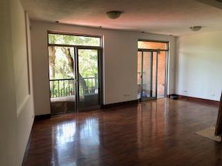 Renta de preciosa casa de tres habitaciones en Oakland, Zona 10