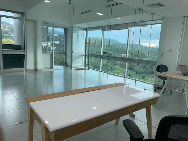 Oficina tabicada y semi amueblada, nivel 15. Insigne, Zona 15