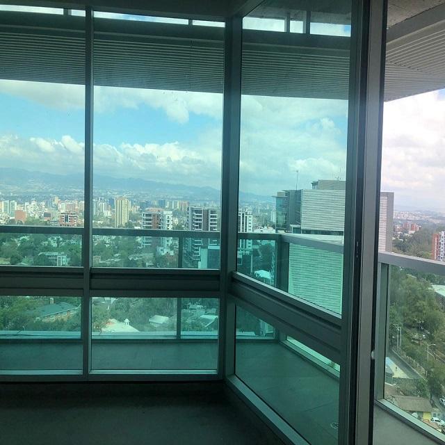 Venta de oficina con amplia terraza, Insigne Zona 15
